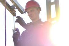 ¿Revisas los guantes dieléctricos de tus operarios?